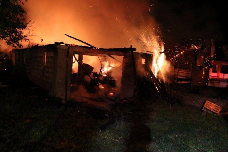Bolu'da çıkan yangında ahır, samanlık ve garajlar küle döndü