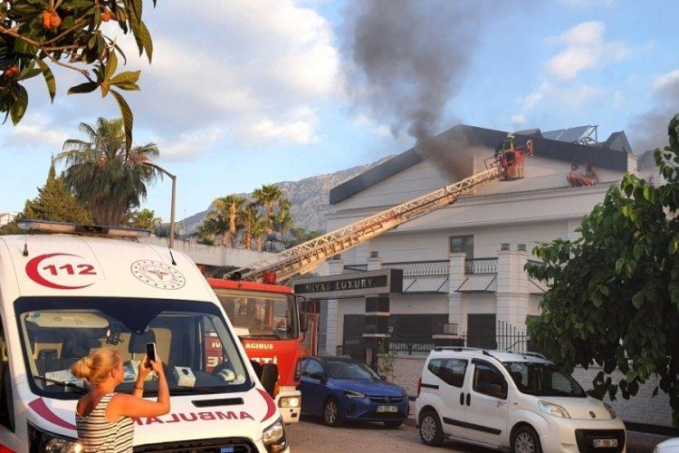 Otelde yangın: Turistler itfaiye merdiveniyle kurtarıldı