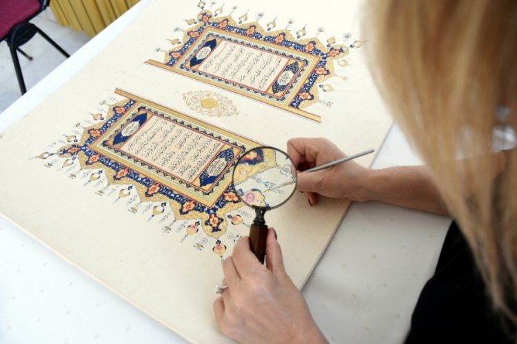 Bursa'da hobi amacıyla başladığı tezhip ve minyatür sanatlarını gelecek kuşaklara aktarmaya çalışıyor