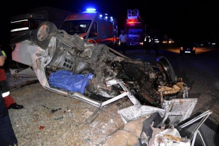 İki otomobil kafa kafaya çarpıştı: 1 ölü, 4 yaralı