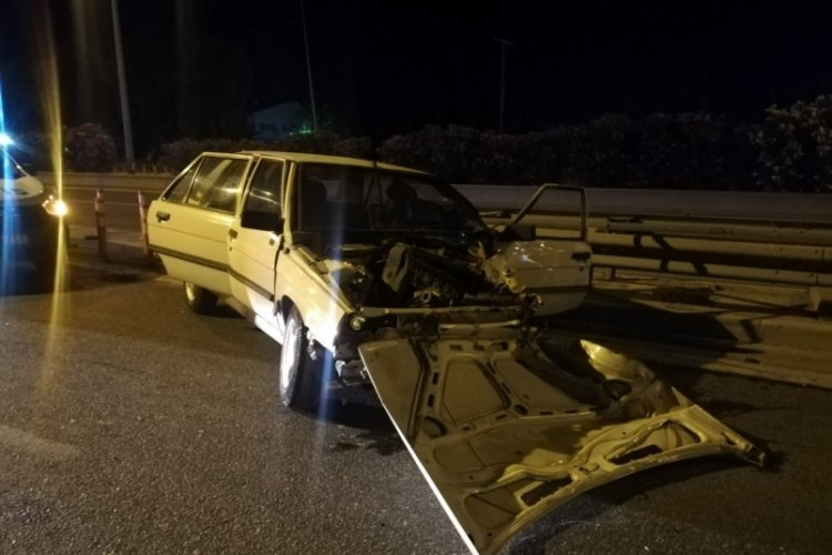 Alkollü sürücü önce aydınlatma direğine ardından bariyere çarptı: 3 yaralı