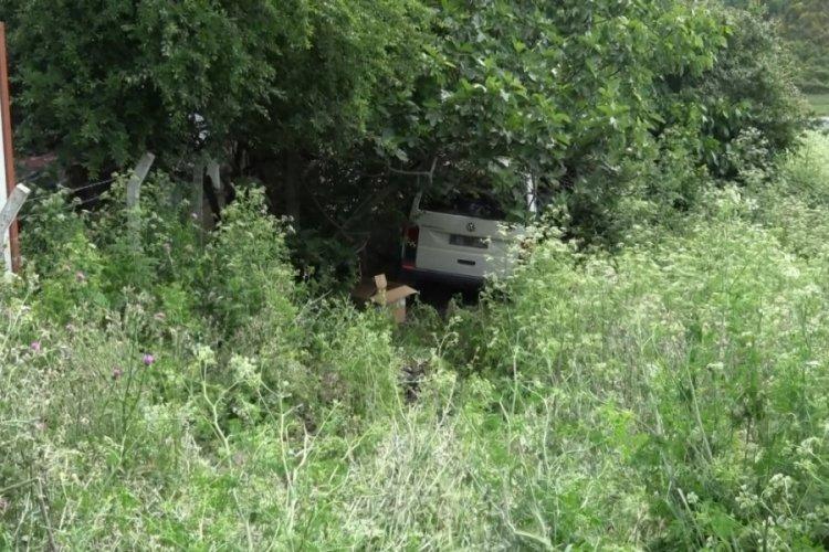 El freni çekilmeyen minibüs inşaat iskelesine çarptı: 2 yaralı