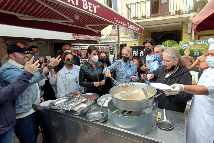 Turizm Bakanı Ersoy'un eşi, Edirne ciğeri pişirip, tadına baktı