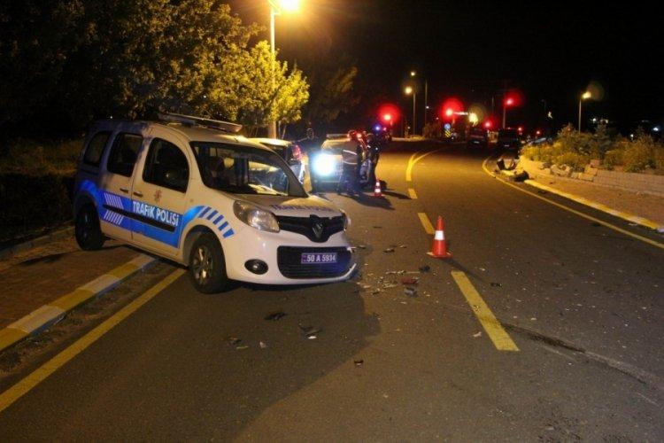 Dur ihtarına uymayan sürücü polis aracına daldı