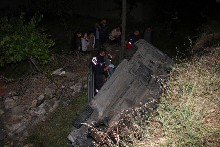 Şarampole devrilen otomobildeki 3 kişi ağır yaralandı