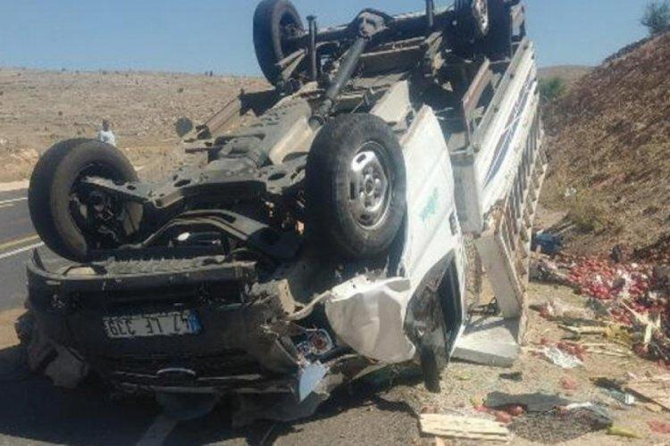 Lastiği patlayan kamyonet takla attı: 3 ağır yaralı