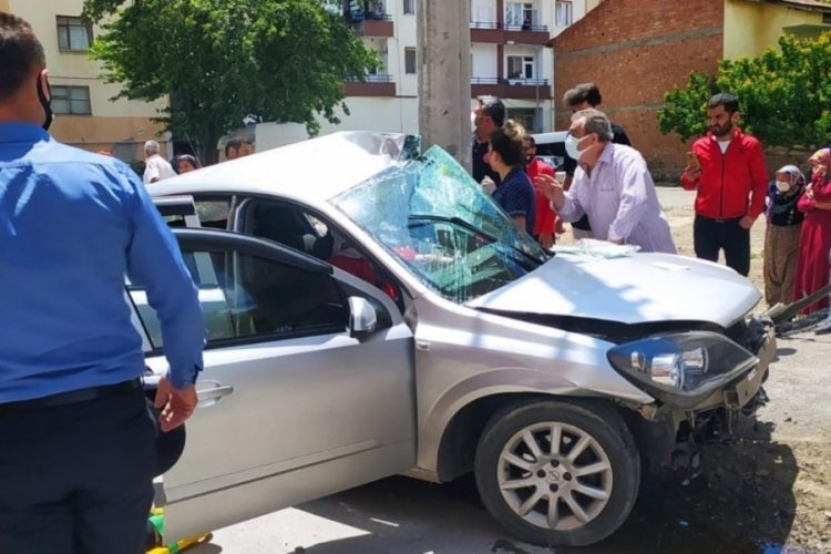 Otomobil beton direğe çarptı; çocuklar yaralandı