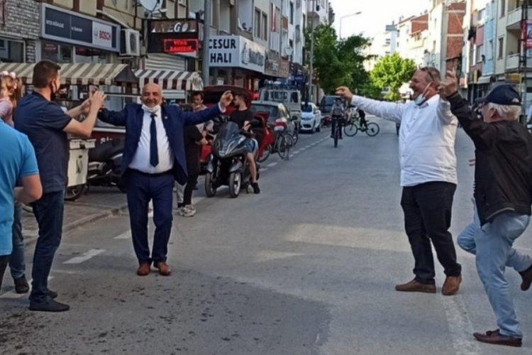 Bursa'da muhtarlığı kazandı, coşkuyla karşılandı