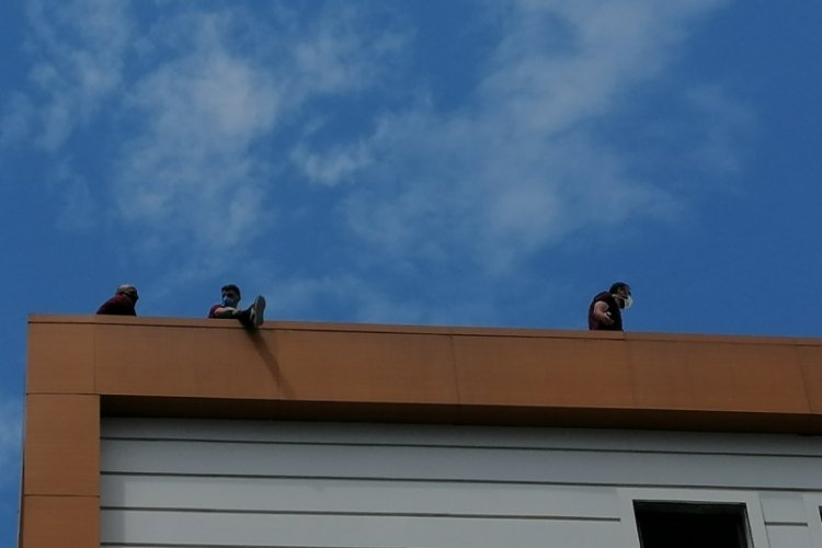 İnşaat işçileri çatıda intihara kalkıştı!