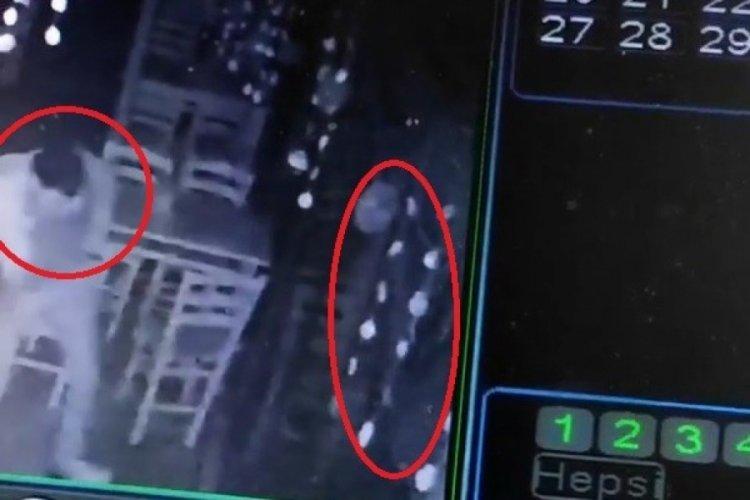 Bursa'da cam kapıya çarpan vatandaşın o anları güvenlik kamerasına yansıdı