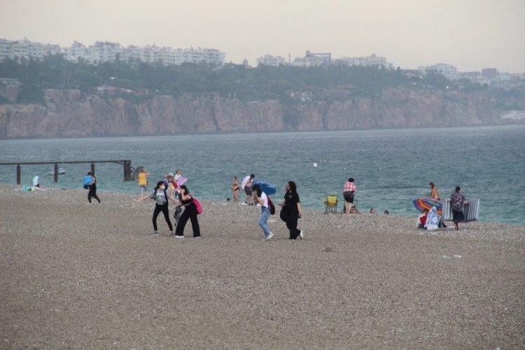 Antalya'da tatilcilere yaz yağmuru sürprizi