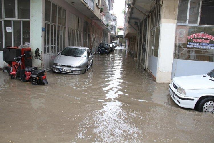 Kula'da sağanak: Cadde ve sokaklar göle döndü