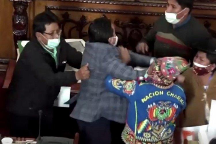 Bolivya'da milletvekilleri yumruk yumruğa birbirine girdi