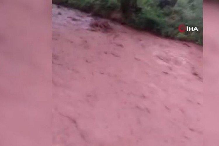 Sakarya Nehri kızıla boyandı