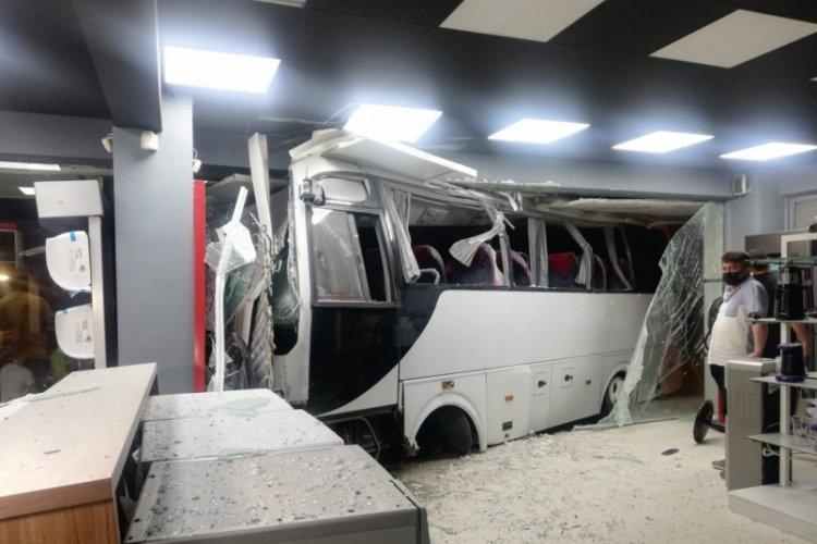 İşçi servisi mobilya mağazasına daldı: 12 yaralı
