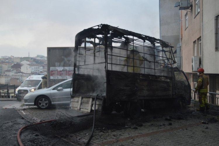 Isınmak için yakılan ateşte 1 kamyonet küle döndü, 2 otomobil hasar gördü