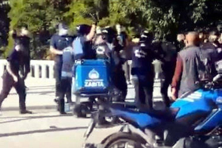 Taksim'de zabıtadan seyyar satıcıya coplu müdahale