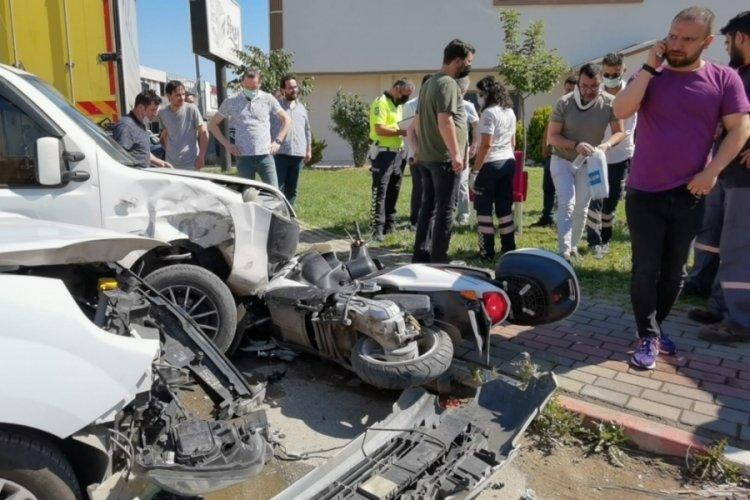 Bursa'da motosiklete aynı anda 2 araç çarptı: 3 yaralı