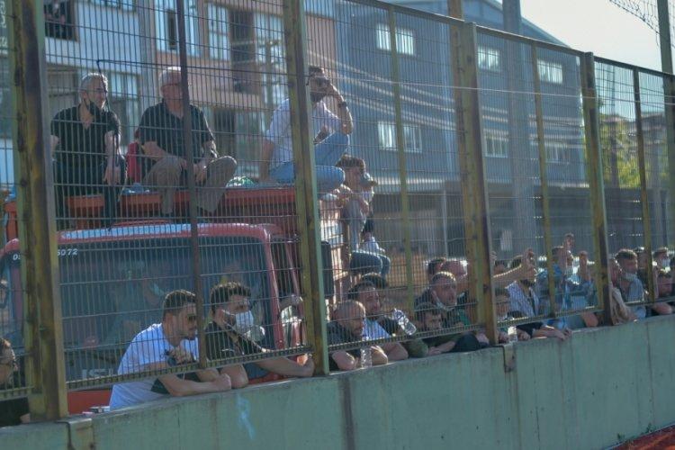 Bursa'da pandemi nedeniyle tribüne alınmayan taraftarlar maçı stat dışından izledi