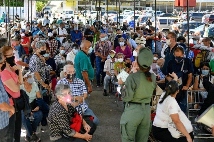 Venezuela'da 400 metre aşı kuyruğu