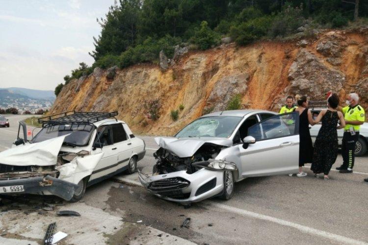 İki otomobil kafa kafaya çarpıştı: 'Ben kaza yaptım'