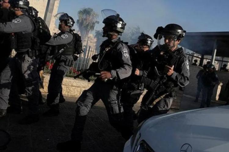 İsrail polisi, namaz kılan Filistinlilere saldırdı