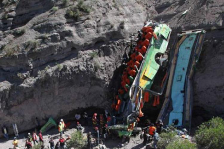 Peru'da yolcu otobüs uçuruma yuvarlandı: 17 ölü
