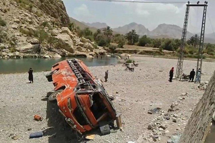 Pakistan'da feci kaza: 23 ölü, 30'dan fazla yaralı var