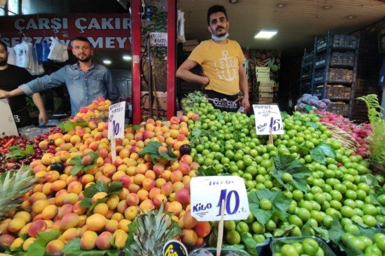 Bursa'da ürün bollaştı, pazarın ateşi düştü