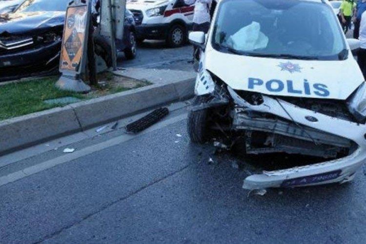 Polis aracı ile otomobil kafa kafaya çarpıştı: Polisler yaralandı