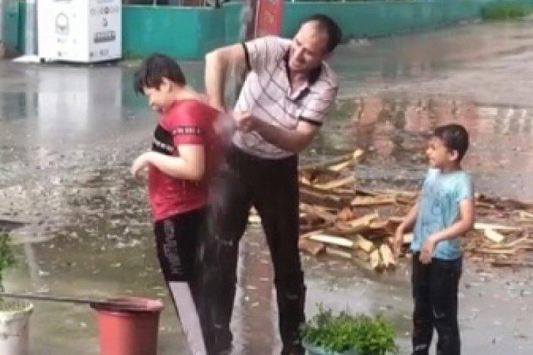 Bursa'da saçaktan akan yağmur suyunda aile boyu duş
