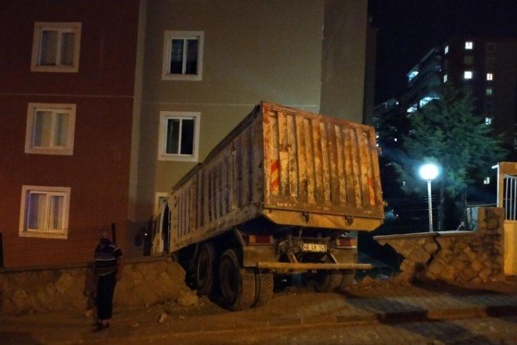 Freni boşalan kamyon binaya çarptı