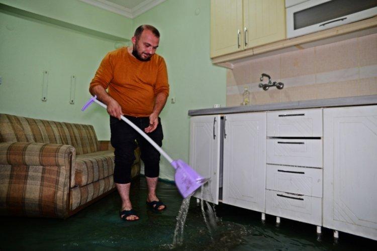 Bursa'da zemin kattaki evi su bastı
