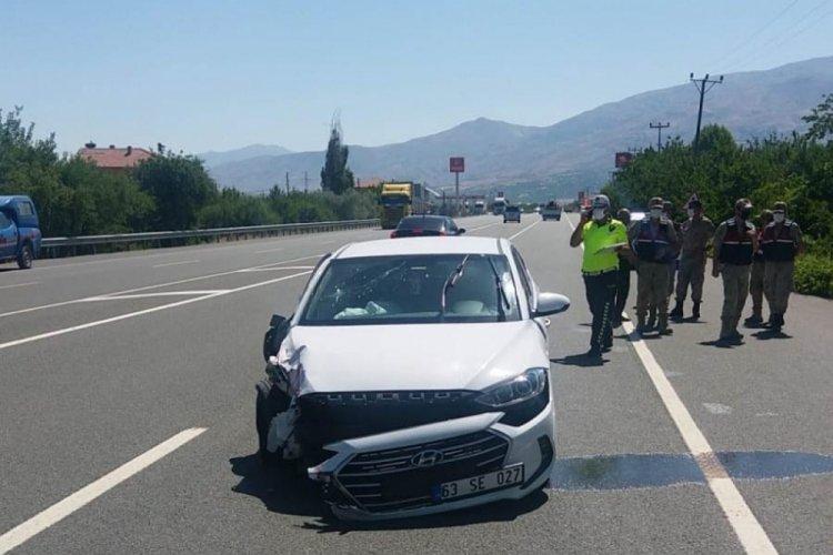 Hafif ticari araçla otomobil çarpıştı; Polis memuru, eşi ve 2 çocuğu yaralandı