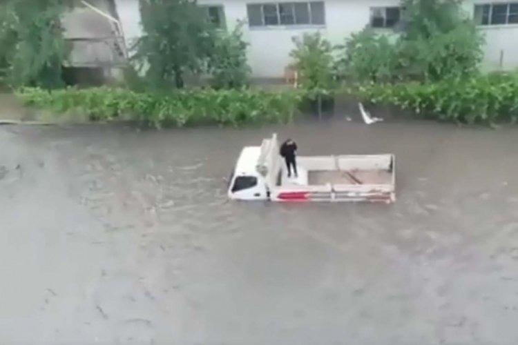 Ankara'da sağanak yağış: Araçlar yolda mahsur kaldı