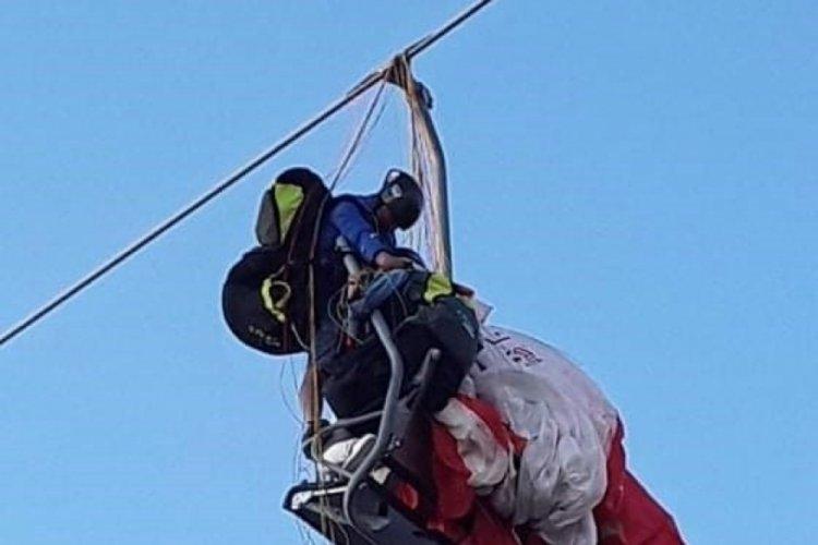 Fethiye'de paraşüt telesiyej hattına dolandı