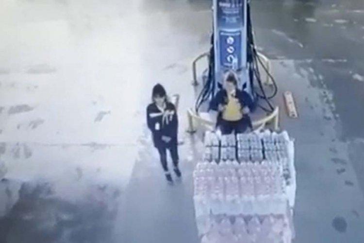 Kamyonet akaryakıt istasyonuna daldı, 2 çalışan kıl payı kurtuldu