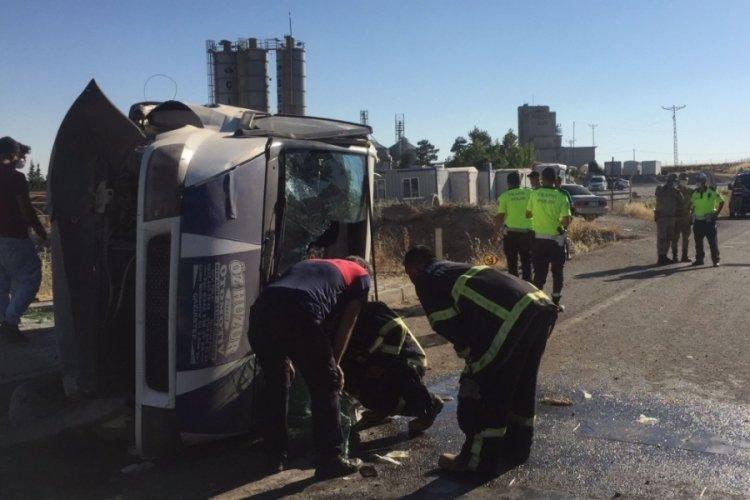 Minibüs kaldırıma çapıp devrildi: 5 kişi yarandı