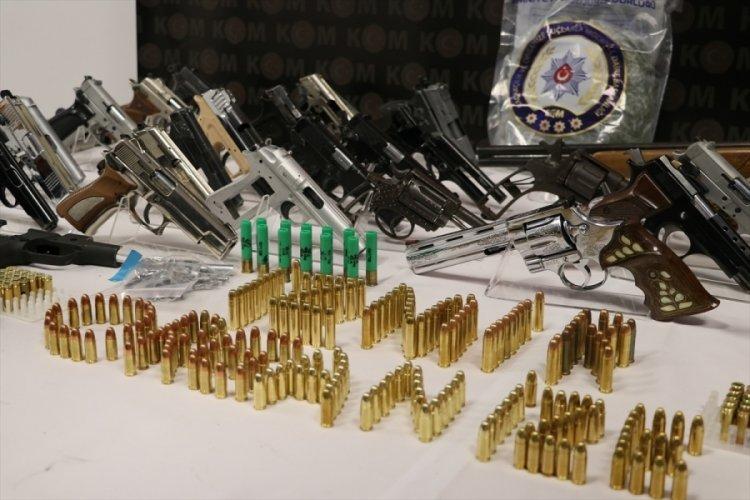İzmir merkezli silah kaçakçılığı operasyonunda 17 kişi yakalandı