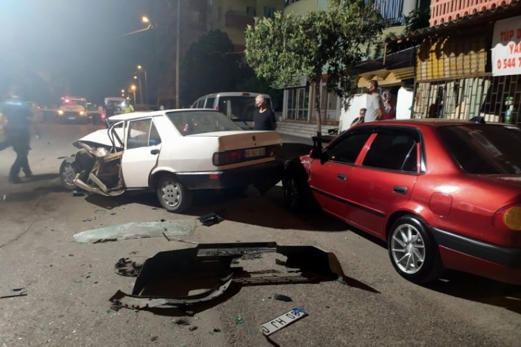 Hareketli dakikalar: Gasp ettiği kamyonetle polis aracına çarptı