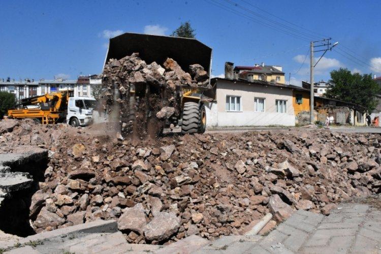 Sivas'ta çökmeyle oluşan 22 metrelik çukur, 110 kamyon taşla kapatıldı