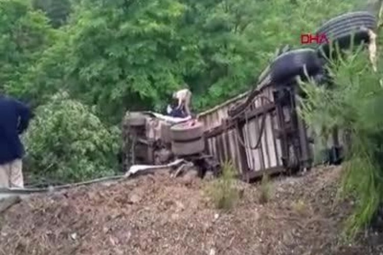 Orhaneli-Bursa yolunda kontrolden çıkan tır refüjü aşıp takla attı