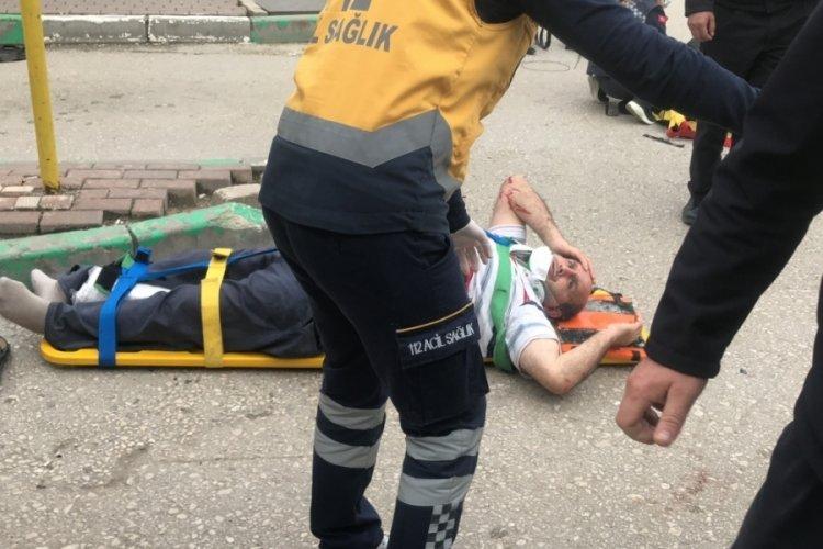 Bursa'da durağa dalan otomobil 1'i çocuk 5 kişiyi ezdi