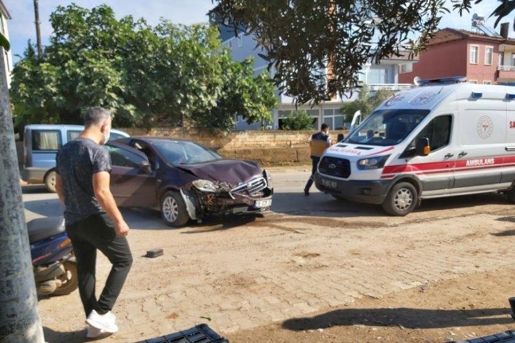 Bursa'da virajı alamayan kadın sürücü duvara çarptı