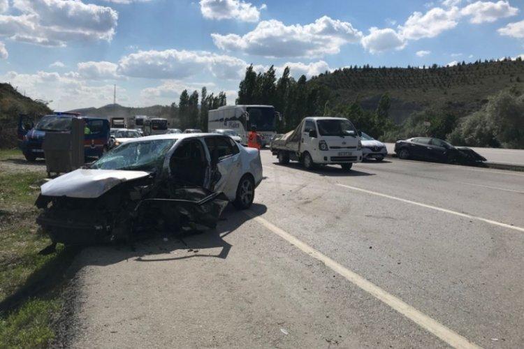 Aşırı hızla karşı şeride geçen otomobil, 2 araçla çarpıştı: 6 yaralı
