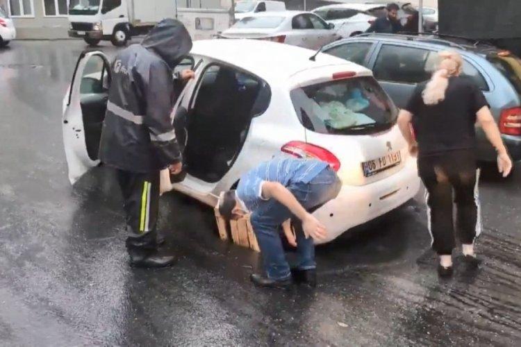 Sürücü, otomobili ile çukura düştü