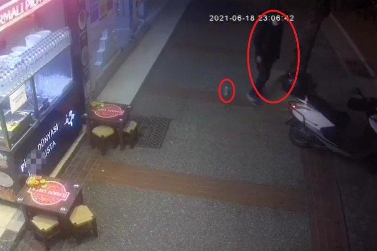 Bursa'da iş yeri çalışanlarına rağmen kurye motosikletinin çalınma anı kamerada