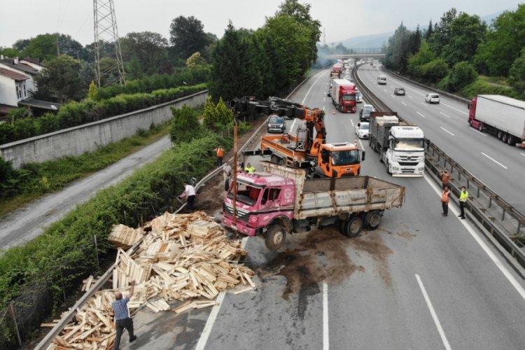 TEM Otoyolu'nda 13 araç birbirine girdi