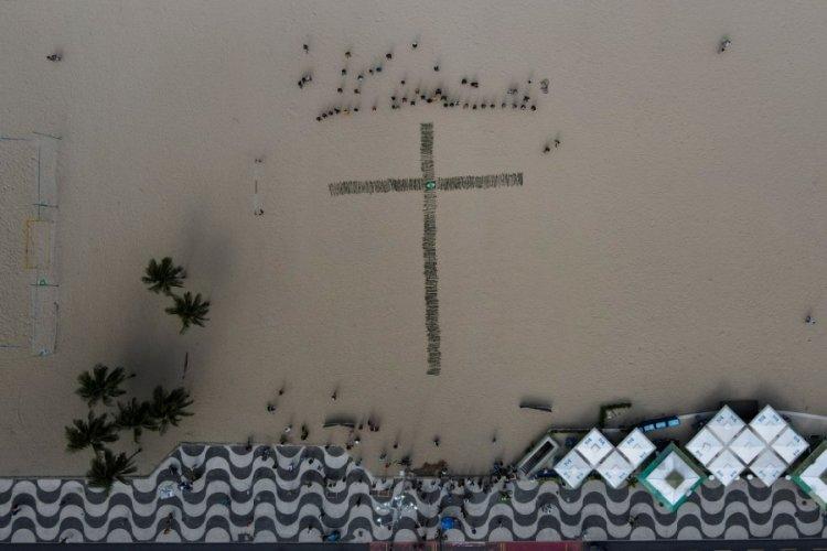 Copacabana Plajı'na korona kurbanları için 500 gül dikildi