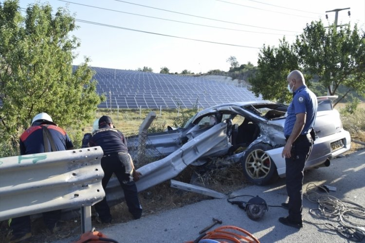 Kuşadası'nda otomobil bariyerlere çarptı: 1 ölü, 1 yaralı